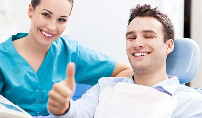 examen de la bouche par un dentiste