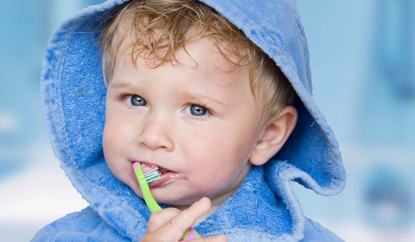 brossser les dents du bébé